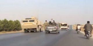 Así se cruzan en una carretera las tropas estadounidenses en retirada con unidades militares sirias