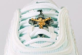 Así son las 'zapatillas de Jesús' con agua bendita en las suelas por 3.000 dólares; la primera serie se ha agotado en pocas horas