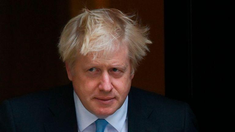 Reino Unido: Boris Johnson reduce drásticamente la distancia social
