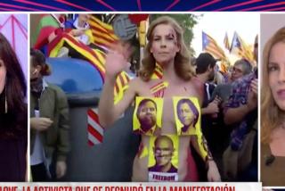 La activista que se desnudó entre los 'indepes' demuestra en TV que es más simple que el mecanismo de un zapato