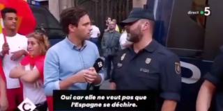 El valiente Policía Nacional le deja las cosas claritas a un reportero francés que no se entera de qué palo van los golpistas
