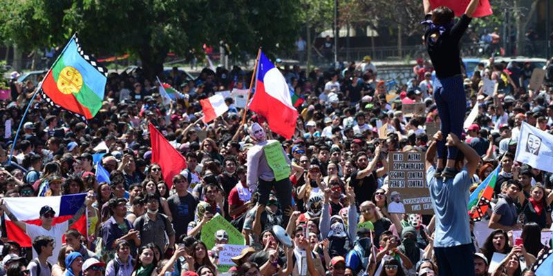 'Chile en llamas': Disturbios, incendios y gas lacrimógeno, choques entre manifestantes y policías en una nueva jornada de protestas