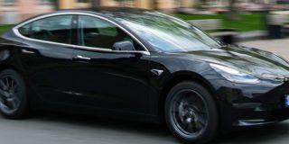 Conductor se deja 'atropellar' por sus propios Tesla para probar una nueva función inteligente