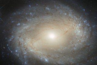 Un agujero negro tiene un brillo capaz de iluminar toda su galaxia