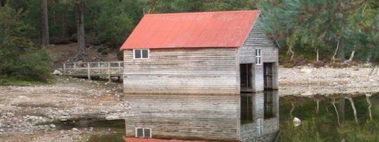 Descubren un asentamiento de hace 750 años tras la inexplicable pérdida de agua de este lago escocés