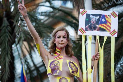 La activista Jil Love se suma en cueros vivos a la protesta en favor de los golpistas catalanes presos