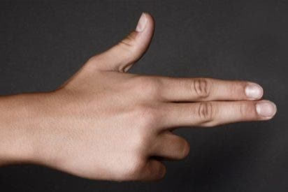 Detienen y esposan acusada de amenaza criminal a una niña de 12 años en EE.UU. por 'apuntar' a sus compañeros con los dedos