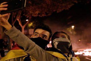 'Selfie en los disturbios': en Cataluña no cabe ya un tonto más