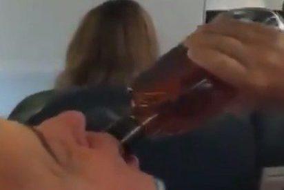 El avión parecía que se iba a estrellar y los pasajeros beben y rezan durante un aterrizaje de emergencia