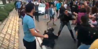 Vídeo Viral: así salva el agente de paisano con dos pelotas a la Mosso d'Esquadra de una soberana paliza de los CDR