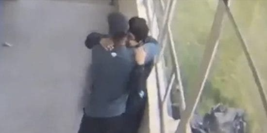El entrenador del instituto desarma, consuela y abraza al estudiante suicida