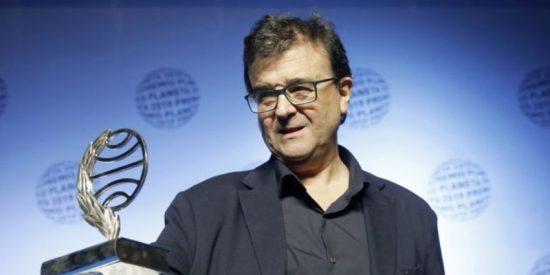 Javier Cercas gana el Premio Planeta con una novela que tiene a un mosso d'esquadra de protagonista y poco que ver con el procés indepe de Cataluña