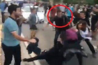 Un guardia civil de paisano con dos pelotas salva por los pelos a una mosso de ser linchada por la turba independentista