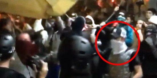 Así es como un separatista vandaliza una terraza en Barcelona… y así es detenido