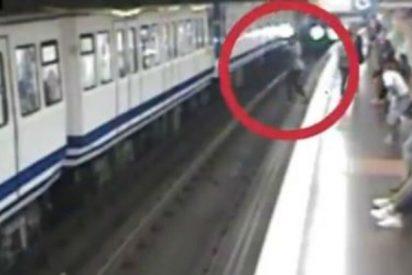 Vídeo Viral: La espeluznante caída en las vías del Metro de Madrid de la pasmada que va mirando el móvil