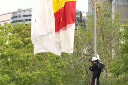 El paracaidista que portaba la bandera de España choca contra una farola durante el desfile de las Fuerzas Armadas en Madrid