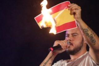 El rapero Pablo Hasel quema la bandera de España en el concierto de apoyo a Valtonyc financiado por el Gobierno de Baleares