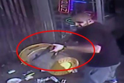 El terrible instante en el que el propietario de una tienda abre fuego con un AK-47 contra un cliente