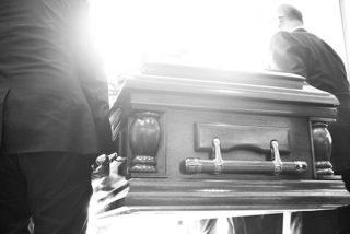 """El vídeo en el que un fallecido muy chistoso chilla durante su funeral: """"Déjenme salir, ¡está oscuro aquí!"""""""