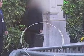El vídeo que demuestra y explica cómo es el maletín antibalas que lleva el guardaespaldas de Sánchez para protegerlo