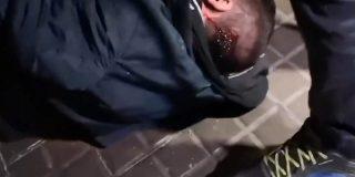 Peleas en Barcelona: manifestantes independentistas sacuden una tremenda paliza a un españolista que cazaron aislado