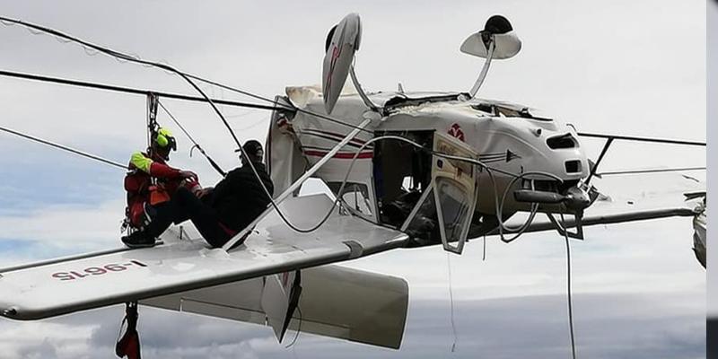 Esta avioneta se estrella y queda atrapada boca abajo en los cables de un telesilla en Italia