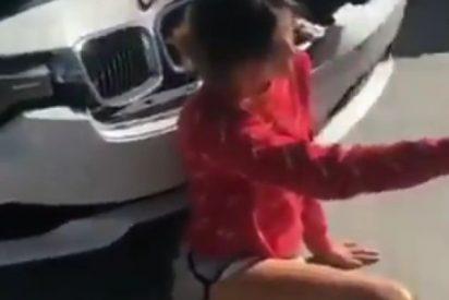 Esta chica se hace este temerario 'selfie' tras haber sufrido un accidente de tráfico