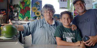Esta familia hawaiana consigue un récord Guinness al cultivar el aguacate más pesado del mundo