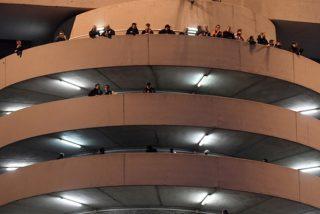 Esta ilusión óptica en las escaleras de un estadio de Milán hipnotiza a los usuarios de las redes
