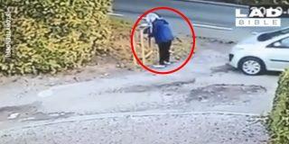 Esta mujer termina 'autoatropellada' tras olvidar poner el freno de mano de su coche