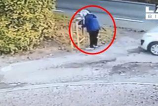 Esta mujer termina 'autoatropella' tras olvidar poner el freno de mano de su coche