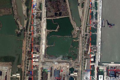 """Estas imágenes de satélite revelan el progreso de China en la construcción de una supuesta """"fábrica"""" de portaviones"""