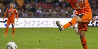 Este extraño tiro con dos jugadores de rodillas termina en gol y enloquece a los aficionados del fútbol