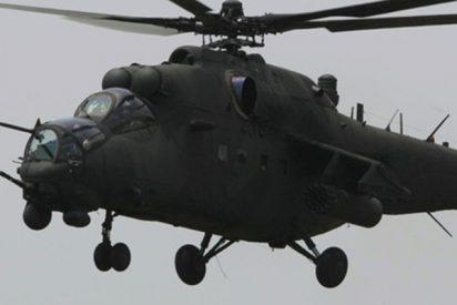 Este helicóptero de ataque Mi-35 destroza accidentalmente los elementos decorativos durante un desfile militar en Indonesia