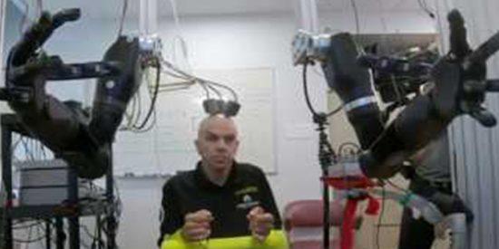 Este hombre controla dos brazos robóticos con su mente