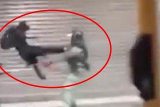 Este manifestante 'karateca' derriba de una patada voladora a un policía en Hong Kong