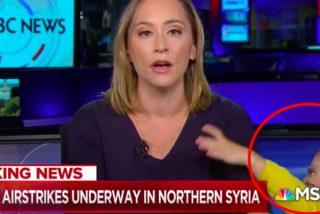 Este niño de 4 años 'debuta' en la televisión interrumpiendo el informativo en directo de su madre