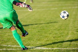 Este portero marca un golazo de tiro libre a lo Messi con un disparo 'a control remoto'