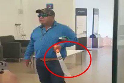 Este tipo llega armado a un banco de México y toma rehenes amenazando con explotar una bomba, pero acaba abatido por la Policía
