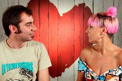 El 'First Dates' más caliente de la historia con Carlos masturbando en directo a su cita Esther con un vibrador