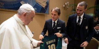 Francisco recibe a los jugadores de la selección italiana de fútbol