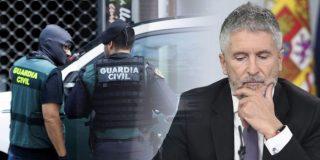 Policía y Guardia Civil desafían a Marlaska: acusan al ministro socialista de dejarles inermes frente a violentos como estos en la 'ratonera catalana'