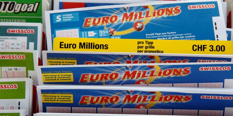 Hombre que jugaba por primera vez en una lotería, se decepciona antes de tiempo y casi arroja a la basura medio millón de euros