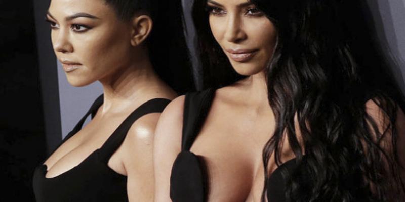 Kourtney y Kim Kardashian en 1996; parecían 'Las Grecas'