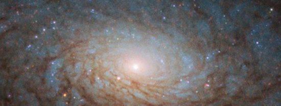 """La NASA muestra una galaxia """"de ciencia ficción"""" que algunos consideran es un portal hacia otra dimensión"""