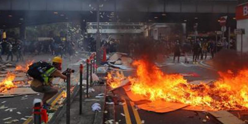 La Policía comunista dispara contra los manifestantes en Hong Kong: al menos una persona herida de bala