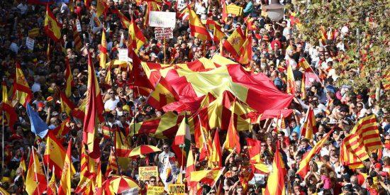 Barcelona se llena de banderas de España en la gran marcha constitucionalista y los 'separatas' sudan de rabia