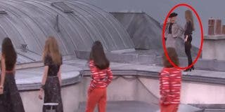 La modelo Gigi Hadid echa a una intrusa de la pasarela en un desfile de Chanel en París