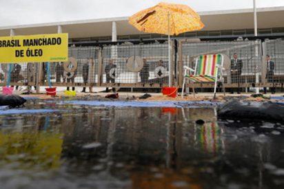 La policía detiene a 19 activistas de Greenpeace durante una protesta en la sede del Gobierno de Brasil por el estado de las playas
