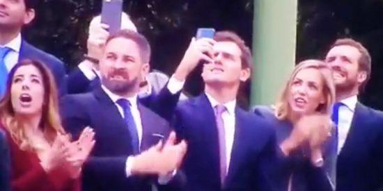Las caras de Abascal, Rivera y Casado reaccionando al accidente del paracaidista de la bandera, revelan todo